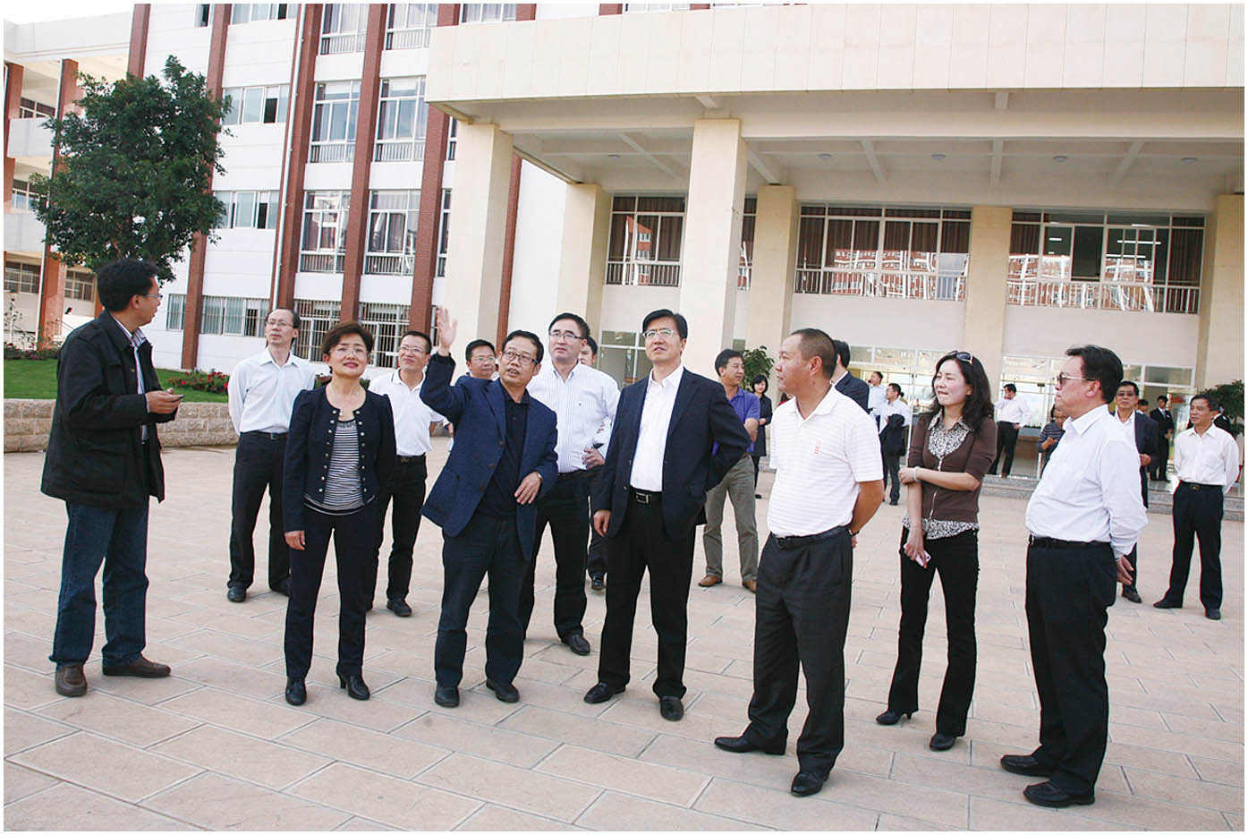 2011年10月13日,教育部副部长杜玉波(右四)视察安宁校区