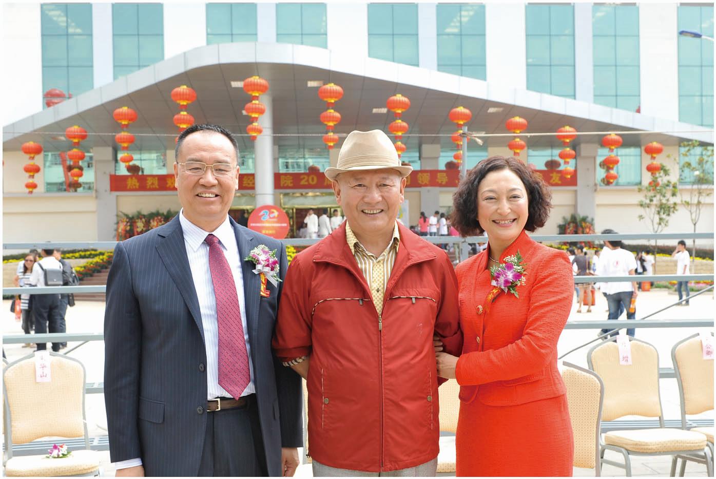 2012年6月18日,中国文联副主席丹增(中)参加学院20周年校庆庆典