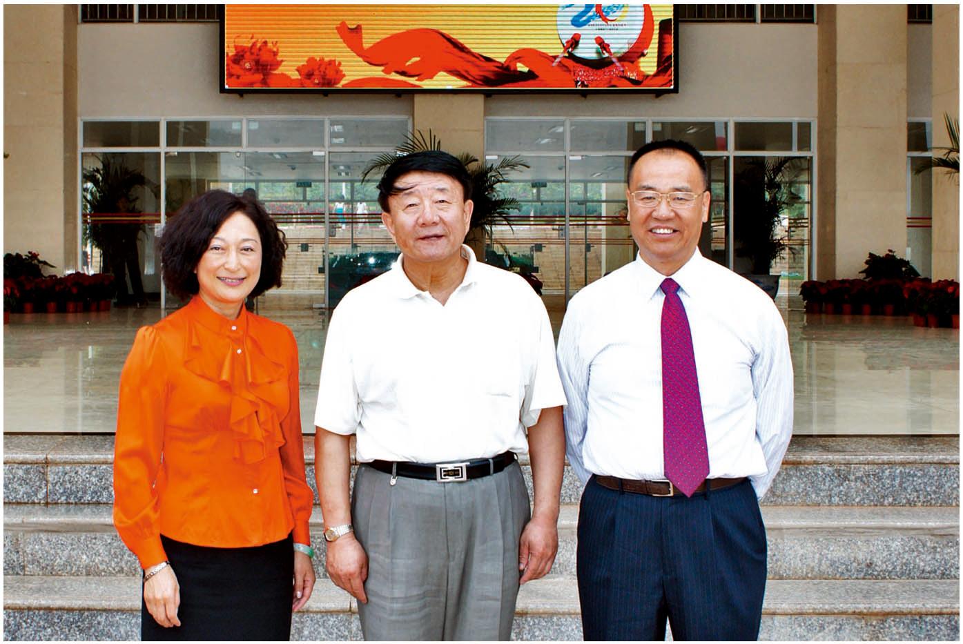 2012年6月17日,全国人大常委、民进中央副主席、中国民办教育协会会长王佐书(中)考察安宁校区