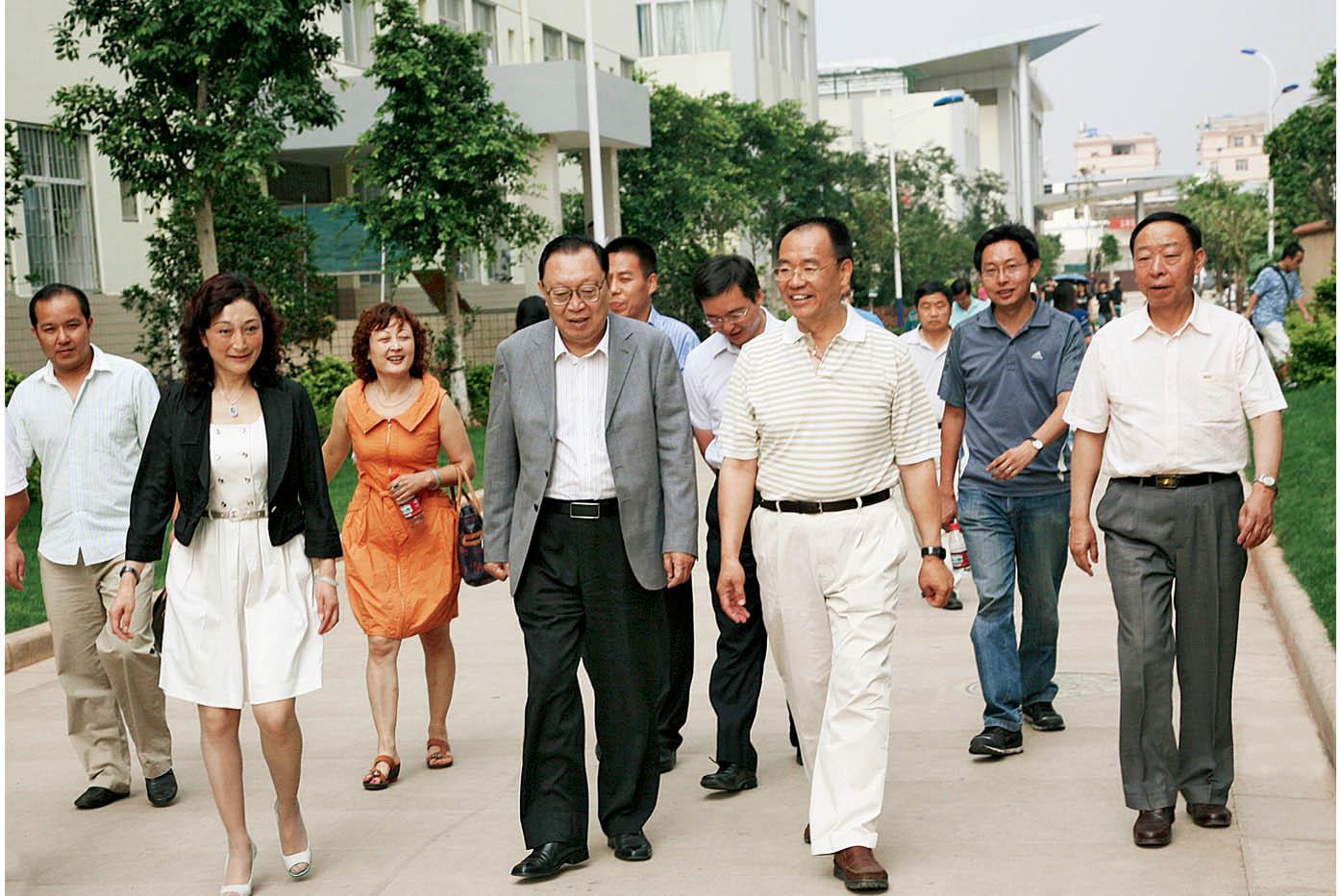 2009年6月12日,中国民办教育协会会长陶西平(左四)莅临学院参观指导工作