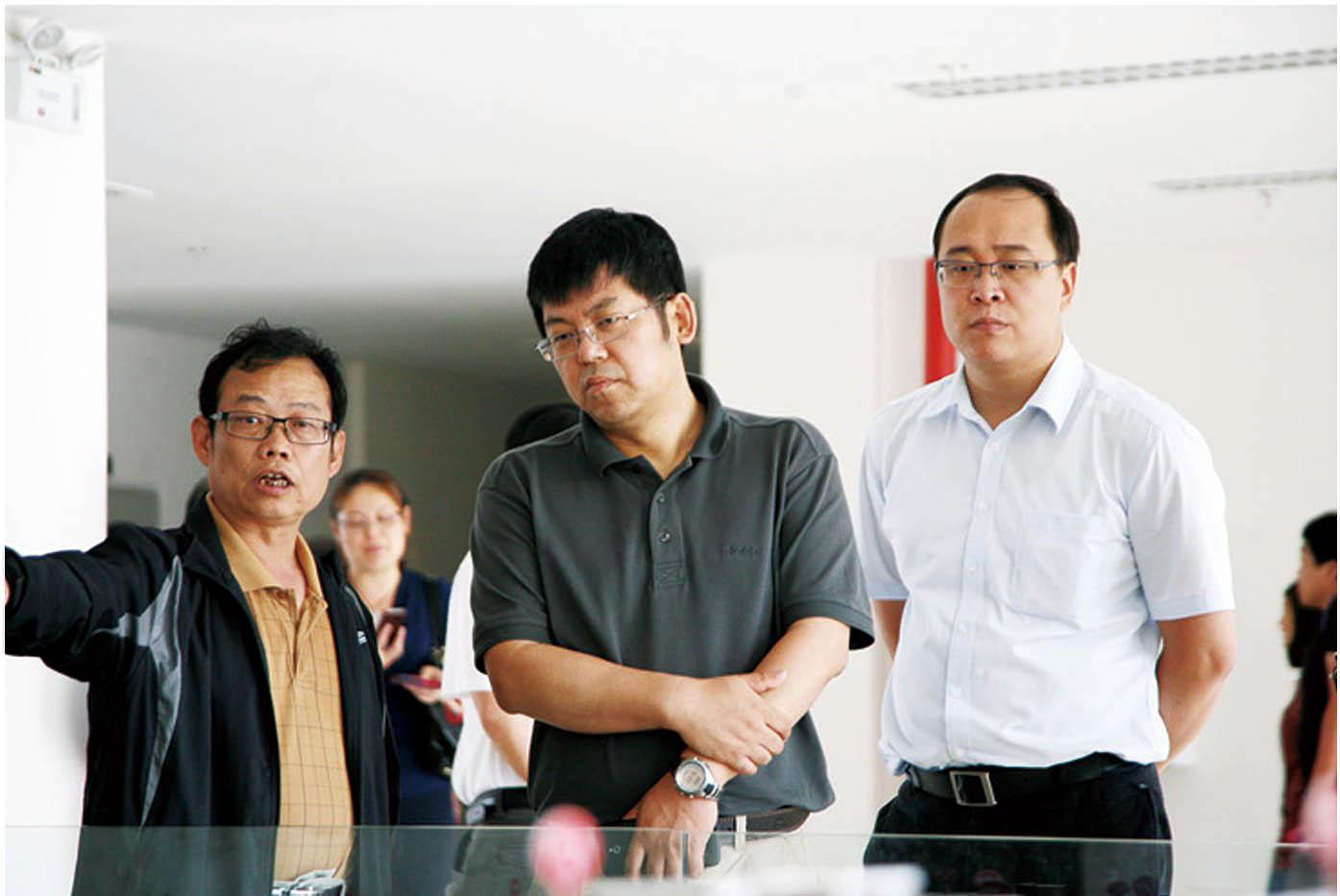 2012年6月26日,教育部发展规划司副司长张泰青(中)一行莅临安宁校区调研