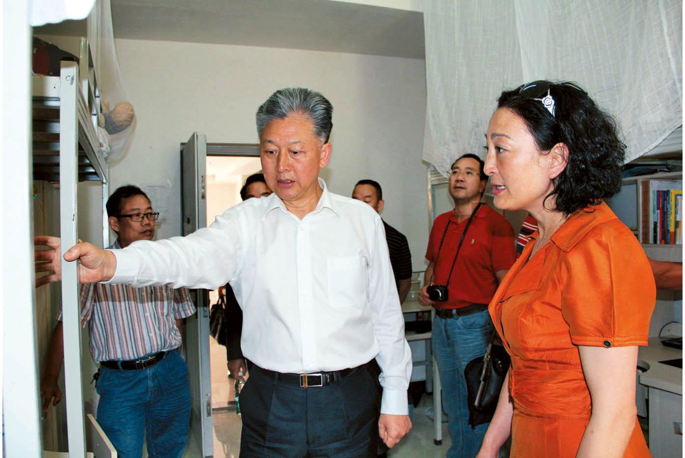 2012年9月5日,云南省政协副主席顾伯平(左一)参观安宁校区学生公寓