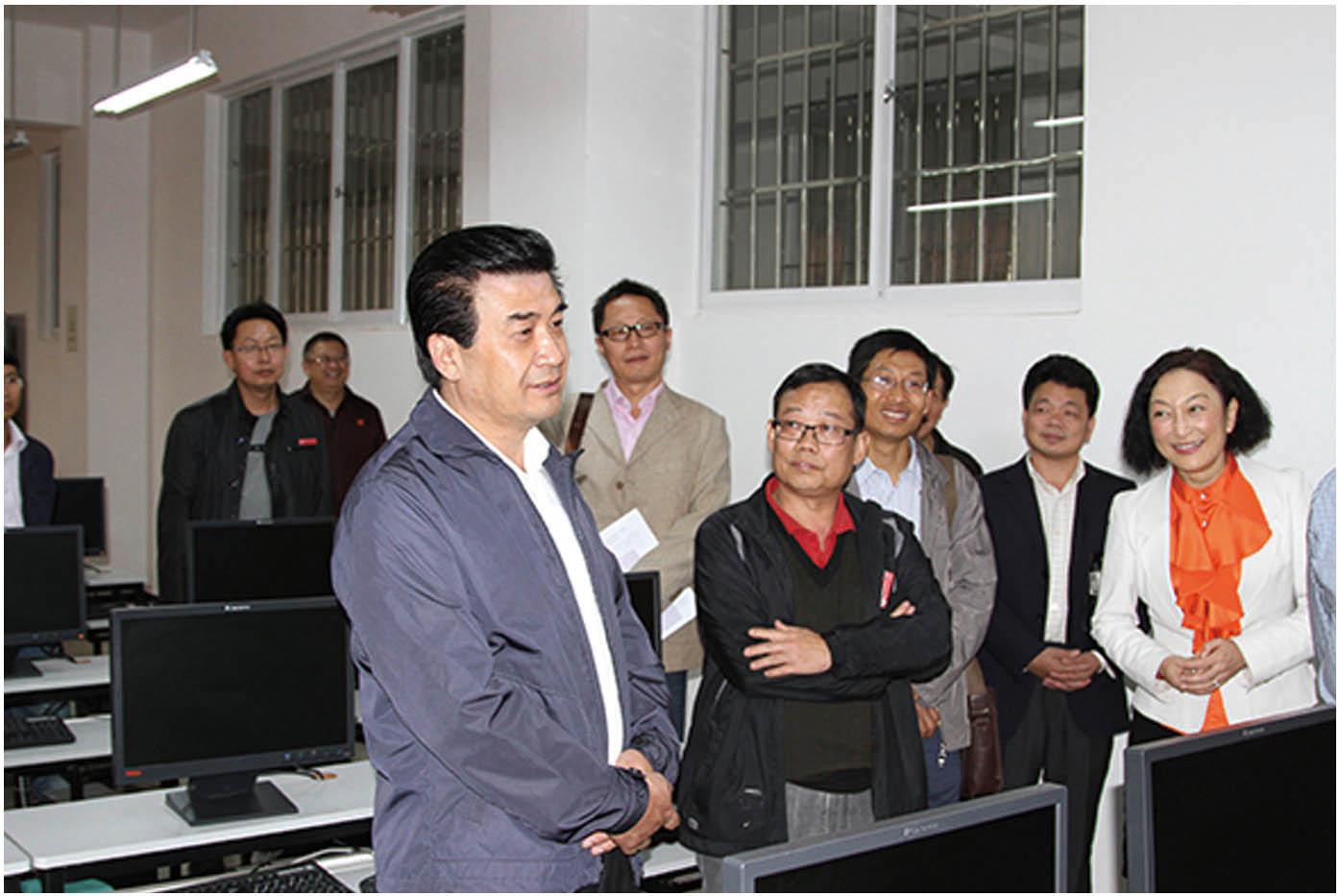 2013年10月16日,云南省教育厅厅长何金平(左一)莅临学院调研指导工作