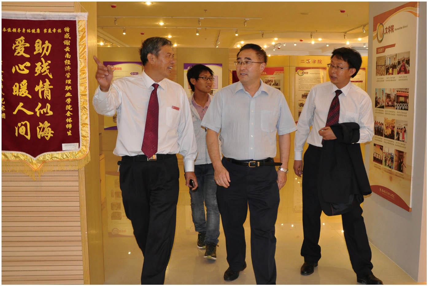 2013年6月30日,云南省教育厅副厅长邹平(中)莅临安宁校区指导工作