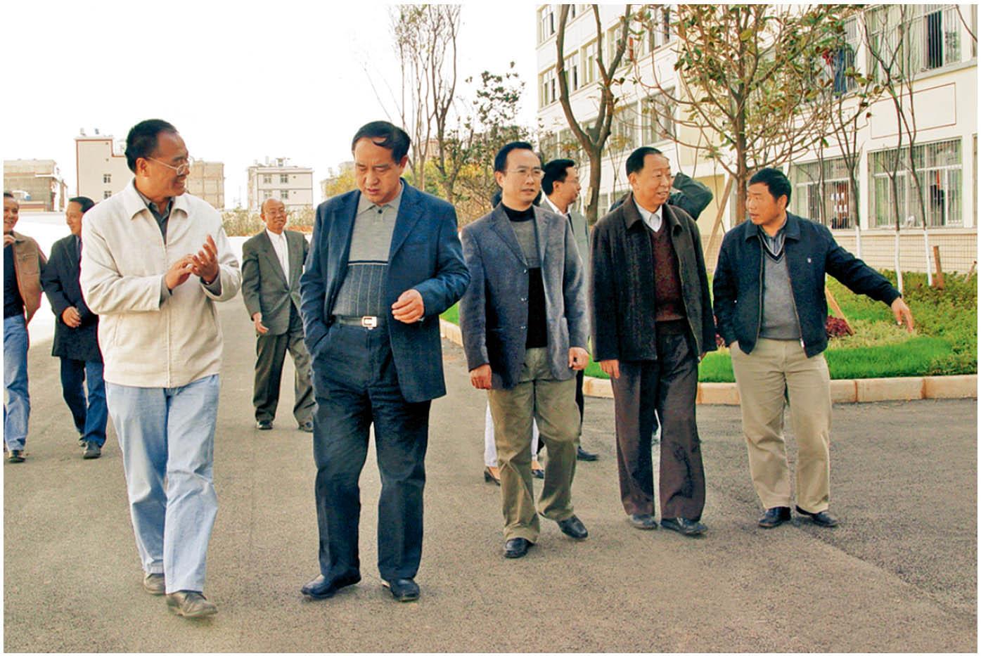 2010年12月13日,云南省教育厅副厅长罗嘉福(左二)莅临学院指导工作