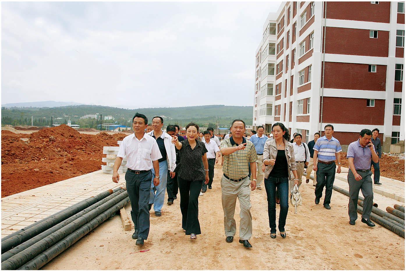 2010年8月18日,安宁市委书记李树勇(右二)、安宁市市长王剑辉(左一)一行莅临安宁校区指导工作