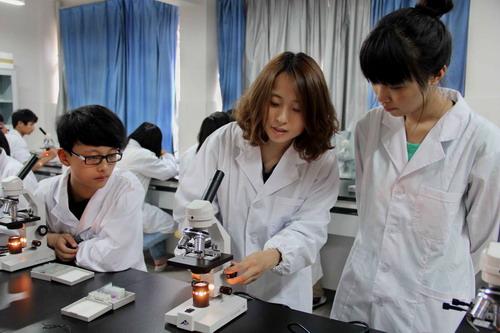 老师给2012级同学讲解显微镜的操