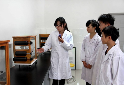 2012级同学在天平室学习分析天平