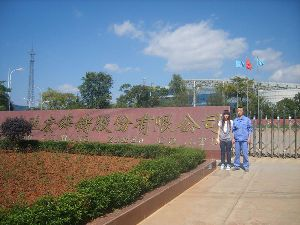 张亚如(左)