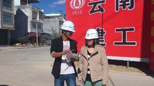 杨永春(左)