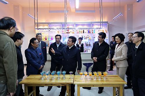 省委副书记、省长李纪恒(前排左四) 副省长高峰(后排左二)参观我院调酒实训室