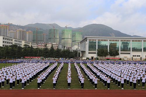 云南经济管理学院海源校区举行2014级新生军训汇报表演暨开学典礼图片