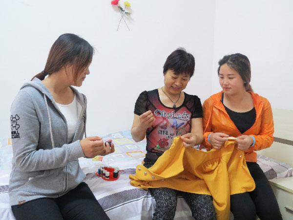 公寓管理老师帮助同学缝衣服