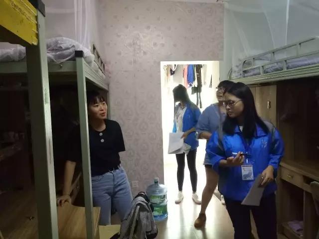 社区团工委组织开展突击巡视宿舍卫生大检查
